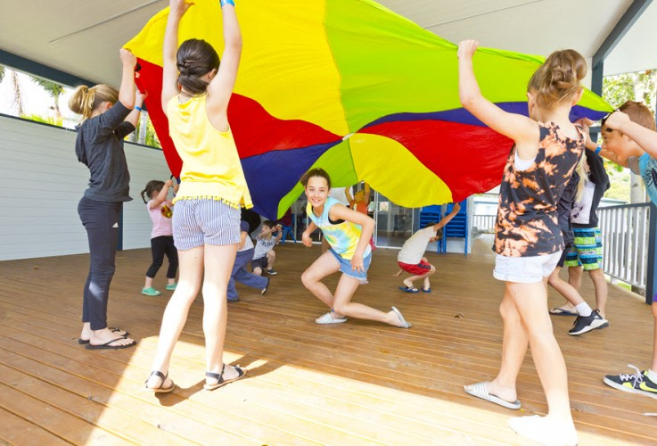 BIG4 Easts Beach Krazy Kidz Club Parachute Game 900px Oct 2019 02